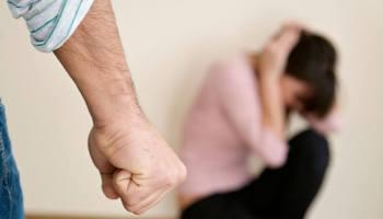 donna picchiata da un uomo